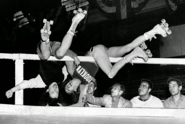 Chicago's Gerry Murray, (L) and Brooklyn's Annabelle Kealey collide with the rail, 1946. Credit http://www.vintag.es/2015/01/32-interesting-vintage-photos-of-roller.html